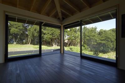 館山の家~海辺の町で暮らす終の棲家 (リビングのコーナー窓)
