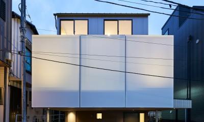 本駒込の家 (急坂の前面道路から見る外観(夜景))