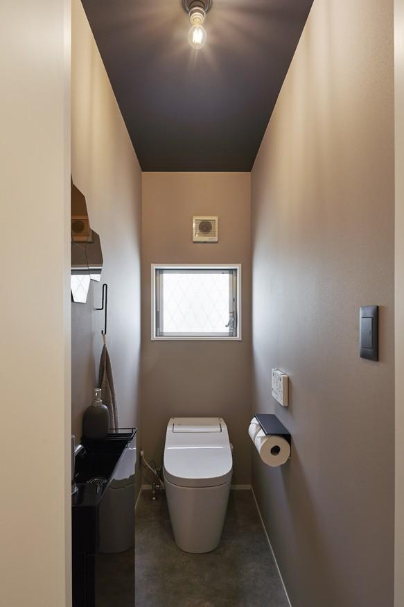 グレートーンでまとめたシックな景色 (トイレ)