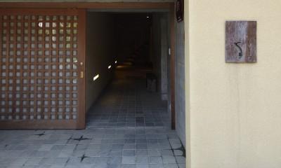 北鎌倉の家~伝統美と遊び心が融合する家 (玄関ポーチ)