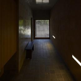 北鎌倉の家~伝統美と遊び心が融合する家 (玄関)