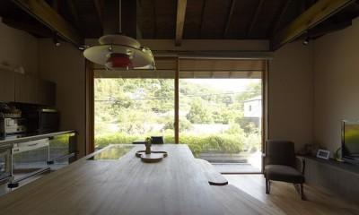 北鎌倉の家~伝統美と遊び心が融合する家 (リビングダイニング)