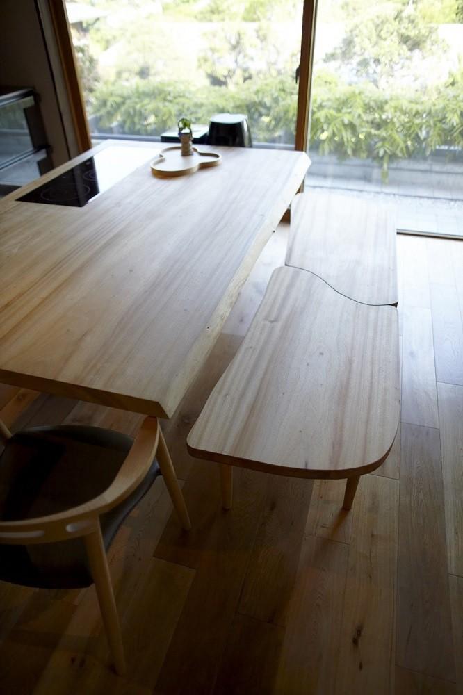北鎌倉の家~伝統美と遊び心が融合する家 (ダイニングテーブル)
