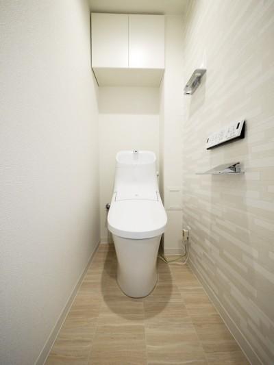 トイレ (ナチュラルな白木調の部屋)