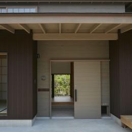 玄関ポーチ (大草の家~猫と暮らすやさしいデザインの家)