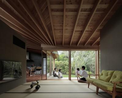 畳のリビング (扇垂木の家)