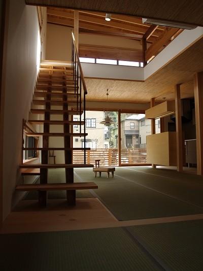 紅花居~百日紅と桜並木に囲まれた木箱の家 (リビングダイニング)