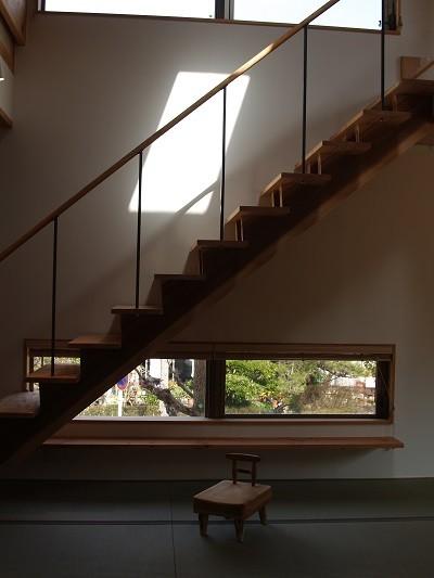 紅花居~百日紅と桜並木に囲まれた木箱の家 (階段)