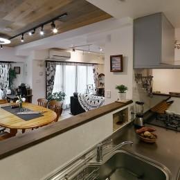 自然素材のぬくもりの家 (周囲を見渡せるオープンキッチン)