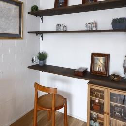 自然素材のぬくもりの家 (作業に便利なデスクスペース)