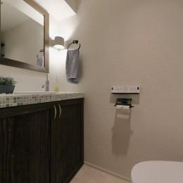 自然素材のぬくもりの家 (ゆったりスペースのトイレ)