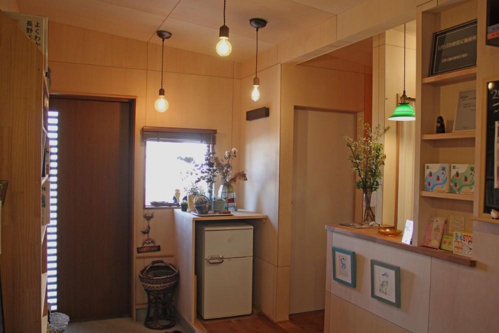 松戸の家3(ゲルのある家) (玄関)