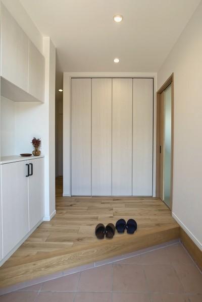 玄関 (勾配天井のある平屋のすまい)