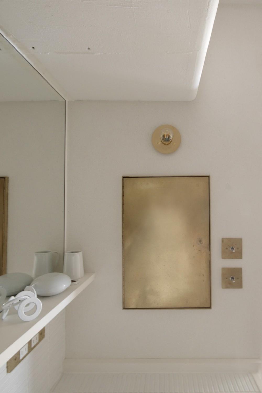 House I/マンションリノベーション (真鍮で作った洗面所の収納)