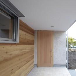 玄関ポーチ (黒部丘の家~湘南の紙飛行機屋根の2世帯住宅)