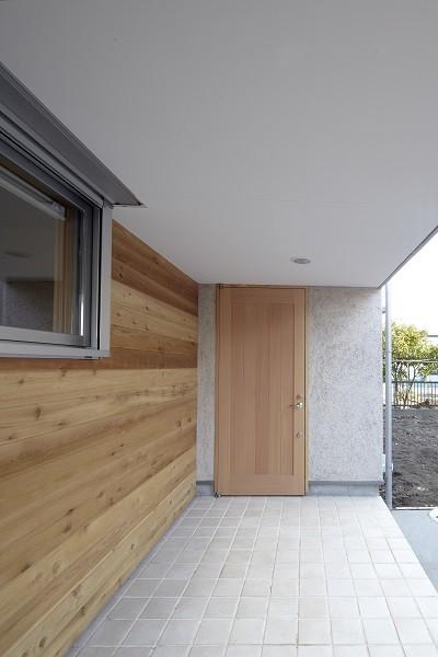 黒部丘の家~湘南の紙飛行機屋根の2世帯住宅 (玄関ポーチ)