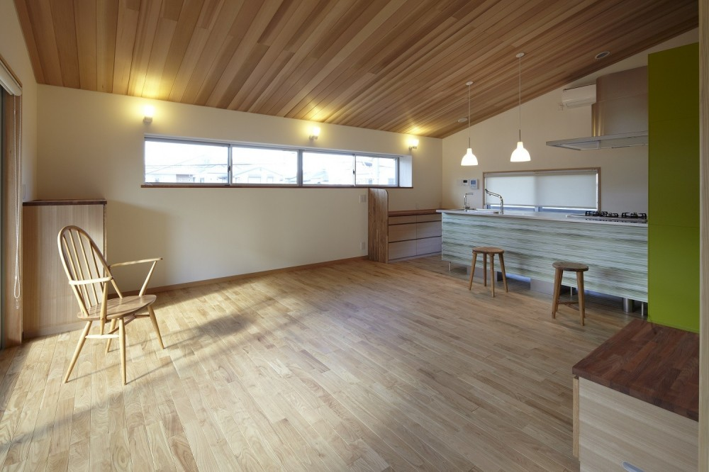 黒部丘の家~湘南の紙飛行機屋根の2世帯住宅 (リビングダイニング)