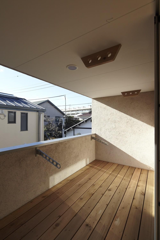 黒部丘の家~湘南の紙飛行機屋根の2世帯住宅 (テラス)