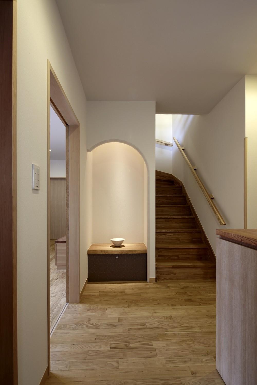 黒部丘の家~湘南の紙飛行機屋根の2世帯住宅 (玄関)