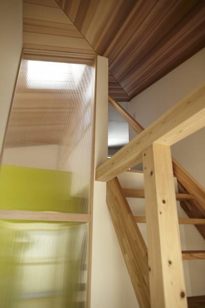 階段 (黒部丘の家~湘南の紙飛行機屋根の2世帯住宅)