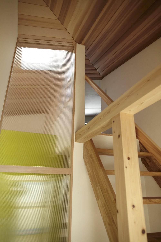 黒部丘の家~湘南の紙飛行機屋根の2世帯住宅 (階段)
