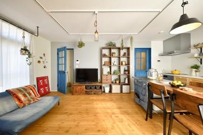 ブルーの扉が家のシンボル (爽やかなブルーが印象的なLDK)