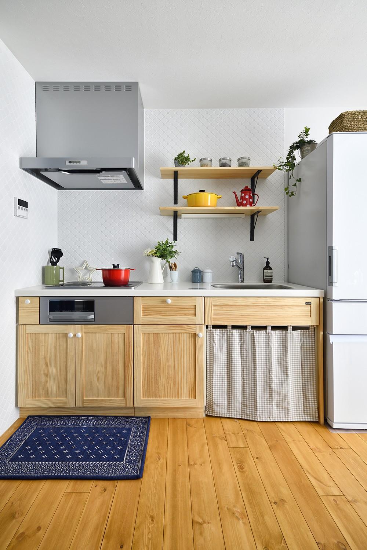 ブルーの扉が家のシンボル (無垢材を使用したかわいいキッチン)