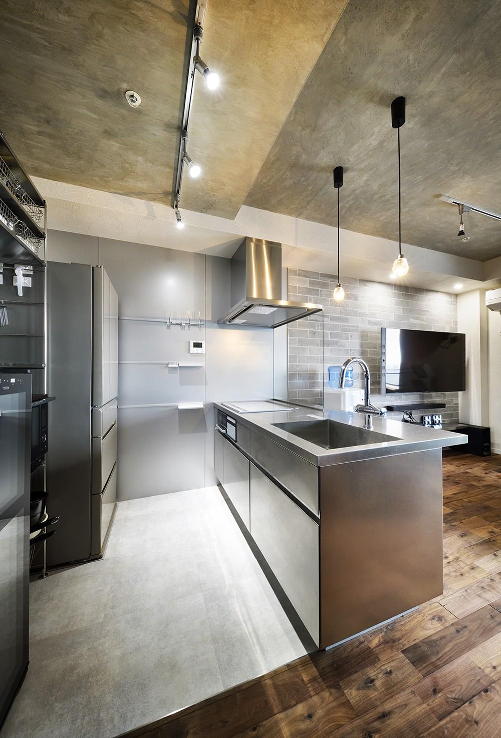 コンパクト&スタイリッシュ 都市型リノベーション (ステンレスでクールなキッチン)