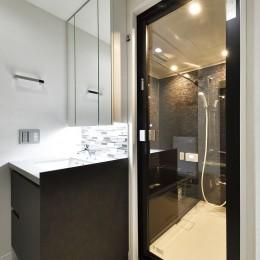 コンパクト&スタイリッシュ 都市型リノベーション (高級感のある洗面室とバスルーム)