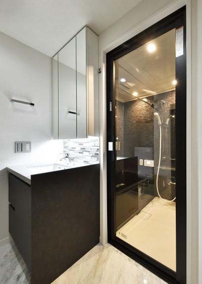 高級感のある洗面室とバスルーム (コンパクト&スタイリッシュ 都市型リノベーション)