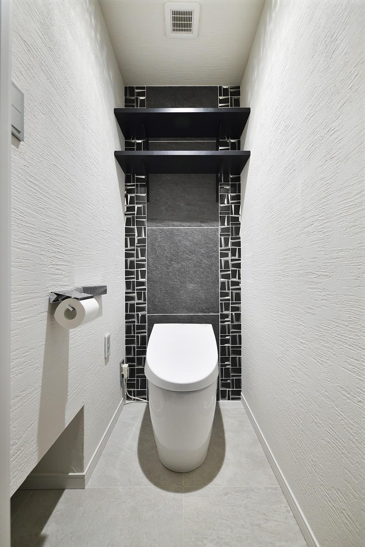 コンパクト&スタイリッシュ 都市型リノベーション (アーバンモダンなトイレ)