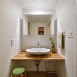 ナチュラルな暮らしへ 自然素材の住まい (白を基調とした爽やかな洗面室)