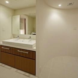 R壁の廊下と洗面スペース (深沢の家)