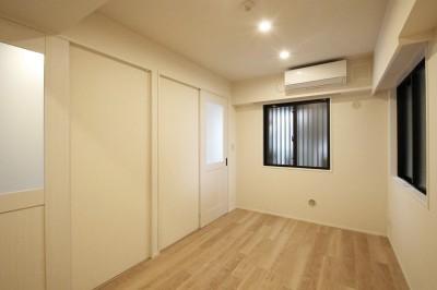居室 (大きなバルコニーのあるクロスやタイルの色味が映える住まい)