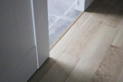 床 (大きなバルコニーのあるクロスやタイルの色味が映える住まい)