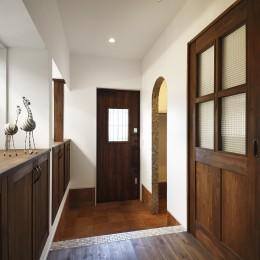 ヨーロッパ風のシックな玄関 (先取りリフォーム いつでも二世帯で暮らせるように)