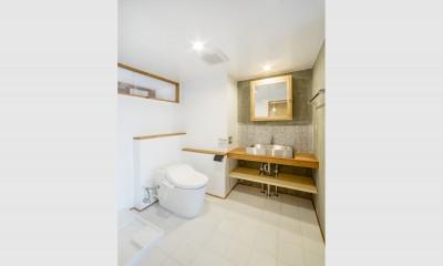 トイレ/洗面所|我孫子の家1(路地裏のある家)