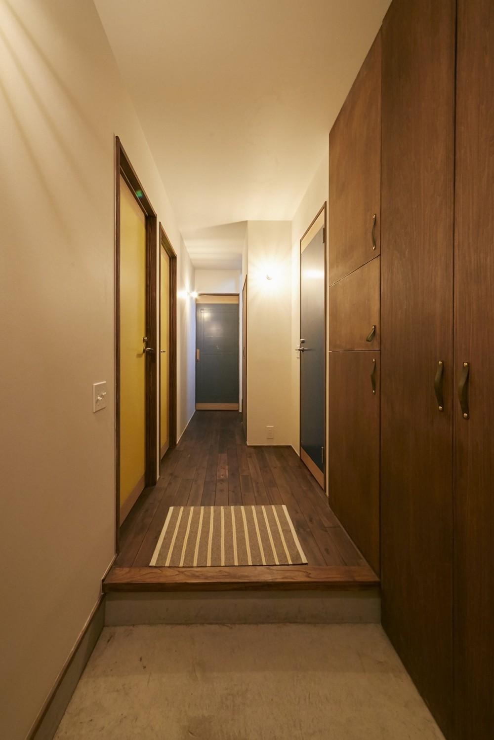 高台に建つ家 (廊下)