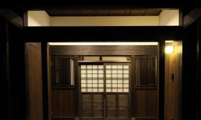 飯盛の民家 [軸組再生の住まい] (玄関夕景)