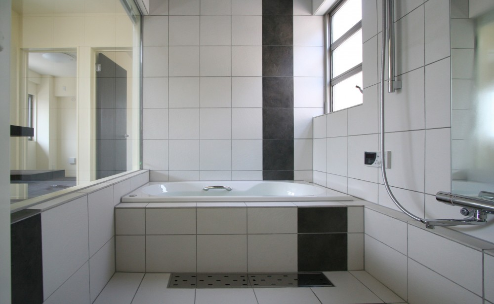 土間と広場 (住宅内オープンな浴室)
