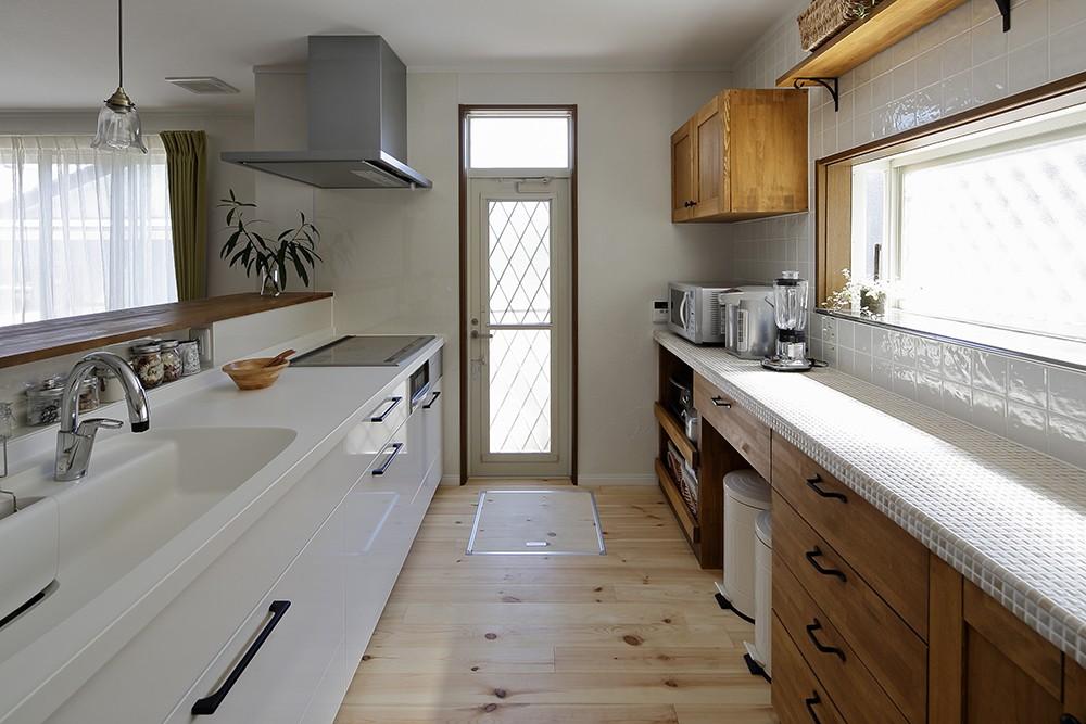 のびのび暮らせる家づくり (清潔感のある広々キッチン)
