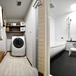 体にやさしい家づくり (白を基調としたランドリー&浴室)