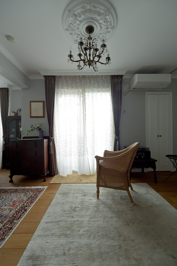 マントルピースの似合うマンションリノベ (アンティーク家具が馴染むリビングスペース)