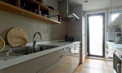 マントルピースの似合うマンションリノベ (お気に入りの食器やツールが並ぶキッチン)