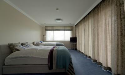 マントルピースの似合うマンションリノベ (上品で落ち着いた印象のベッドルーム)
