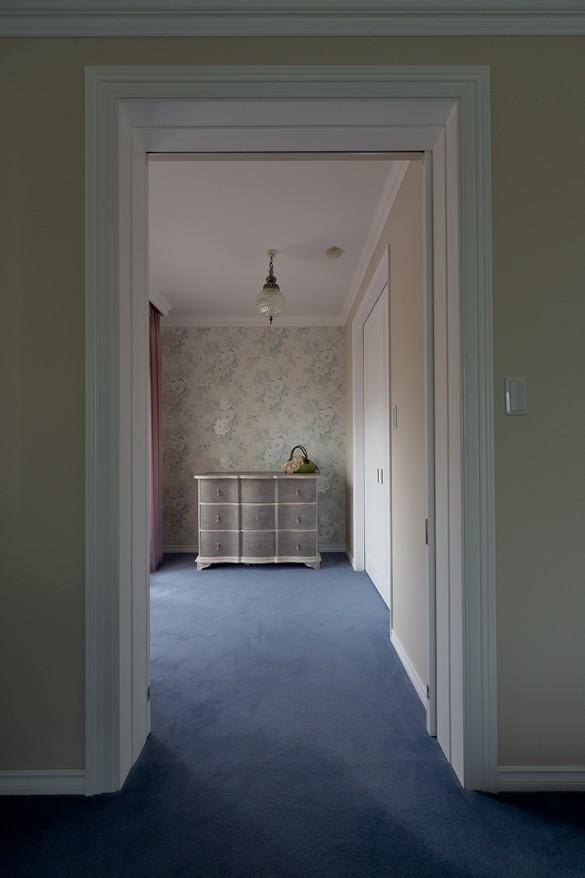 マントルピースの似合うマンションリノベ (アンティーク家具が映える空間に)