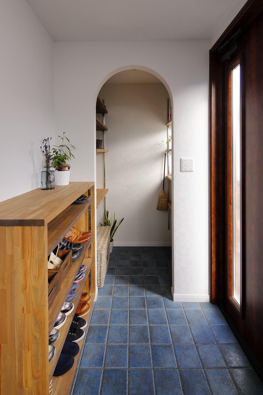 鉄骨住宅をおしゃれにリフォーム (シックなブルータイルの玄関)