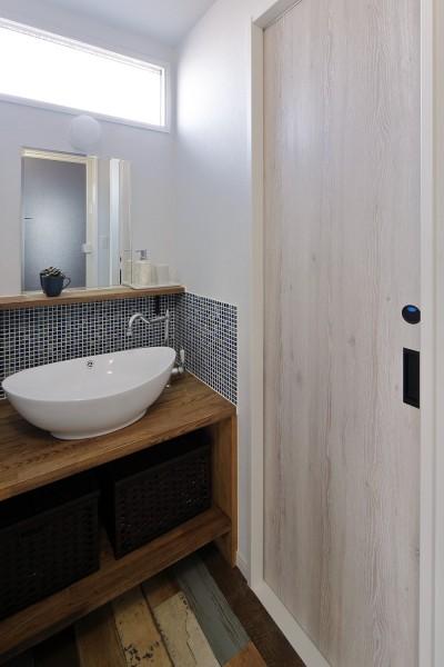 スタイリッシュな洗面室 (鉄骨住宅をおしゃれにリフォーム)
