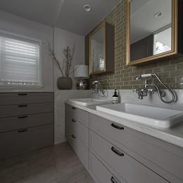 ヘリンボーンの似合う上品で少しカジュアルな住まい (オリジナル製作の洗面化粧台)