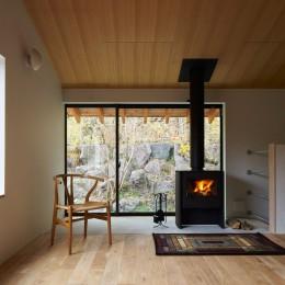 薪ストーブのあるリビング風景 (高山村の小さな家)
